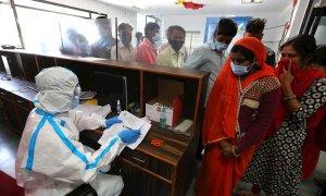 Los voluntarios esperan su turno para recibir la primera vacuna Covid-19 de la India, desarrollada localmente por Bharat Biotech en colaboración con el Consejo Indio de Investigación Médica (ICMR), durante la Fase 3 ensayo en