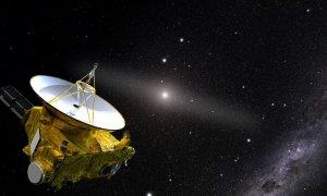 Ilustración de la nave New Horizons en su viaje lejos del Sol (en el centro).