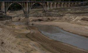 Vista del viaducto de Entrepeñas, Guadalajara, en un paisaje marcado por la sequía.