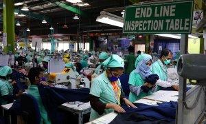Un grupo de trabajadoras cose en una fábrica textil de Bangladesh.