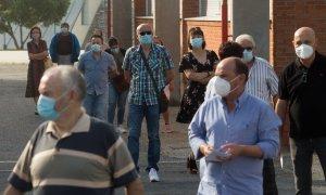 Varias personas hacen cola para votar en las elecciones autonómicas de Galicia en la población de Burela, en la comarca de A Mariña