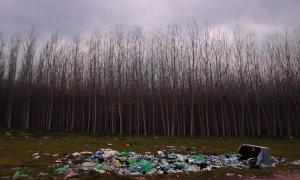 La basura se acumula en el campo de Fuente Vaqueros, cerca de Granada.