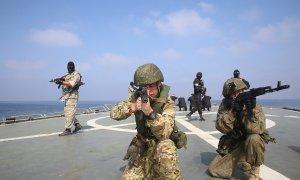 Miembros de la armada rusa e iraní participan en un ejercicio naval en el océano índico.