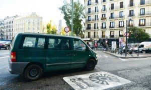 Una circula sobre el logotipo de Madrid Central, la zona de bajas emisiones diseñada por el anterior Gobierno de Manuela Carmena.