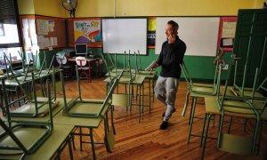 Un profesor camina en un aula vacía del colegio público Rufino Blanco de Madrid.