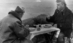 Imagen de archivo del general Franco almorzando con el general Dávila durante la Guerra Civil. - EFE