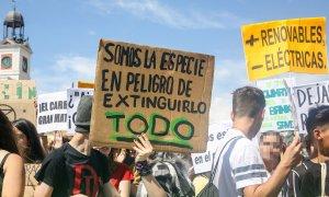 """24/05/2019.- Un estudiante sujeta un cartel en el que se lee """"Somos la especie en peligro de extinguirlo todo"""", durante una protesta en Madrid del movimiento 'Fridays for Future' contra el cambio climático. Ricardo Rubio / Europa Press"""