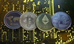 Representaciones de las monedas virtuales Ripple, bitcoin, etherum y Litecoin, sobre una placa base de un ordenador. REUTERS/Dado Ruvic/Ilustración
