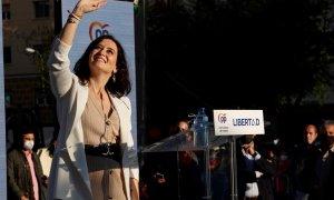 La candidata a la presidencia de la Comunidad de Madrid, Isabel Díaz Ayuso, acompañada por el presidente del PP nacional, Pablo Casado, durante el acto de inicio de campaña que los populares celebran hoy sábado en la Plaza Salvador Dalí.