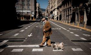 21/03/2021.- Un hombre camina junto a su perro por las calles de Barcelona. Jordi Boixareu / ZUMA Wire / Dpa