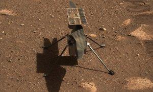 Primer plano del helicóptero Ingenuity en la superficie de Marte.