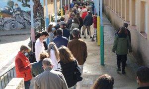 Decenas de personas hacen cola para votar en el Colegio Público La Navata, a 4 de mayo de 2021, en Madrid (España).