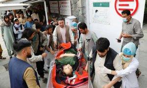 08/05/2021. Una mujer herida es trasladada a un hospital tras la explosión de este sábado en Kabul, Afganistán. - Reuters