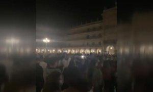 Miles de jóvenes abarrotan las calles sin distancia ni mascarilla para celebrar el fin del estado de alarma