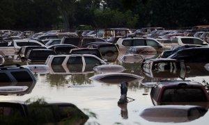 Coches sumergidos bajo el agua después de las inundaciones provocadas por el huracán Iota en La Lima, Honduras, en noviembre de 2020.