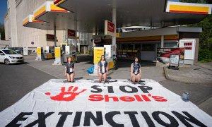 Protesta contra la emisión de gases de Shell en un gasolinera de La Haya.