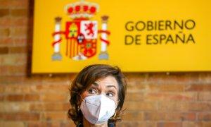"""Carmen Calvo, atiende a los medios antes de clausurar el acto de presentación del libro 'Memoria Democrática. Fosas y exhumaciones"""" a 28 de mayo del 2021."""