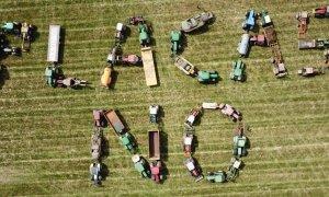 Tractores de La Fueva lanzando un mensaje contra las placas solares.