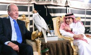 Juan Carlos I con el recién coronado rey Salman bin Abdulaziz, durante el viaje privado que hizo a Arabia Saudí en 2015 para felicitar al que, siendo príncipe y gobernador de Riad, le prestó los primeros 100 millones de dólares sobre los que levantó su fo