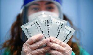 Una sanitaria muestra kits de prueba rápida de antígenos en Alemania occidental, el 10 de marzo de 2021.