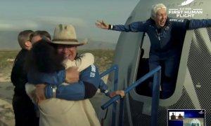El empresario multimillonario Jeff Bezos y la pionera aviadora Wally Funk emergen de su cápsula después de su vuelo a bordo del cohete New Shepard de Blue Origin en el primer vuelo suborbital sin piloto del mundo cerca de Van Horn.