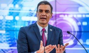 """Así responde Sánchez en una entrevista en directo en inglés... y así respondía Rajoy (si a eso se le puede llamar """"respuesta"""")"""
