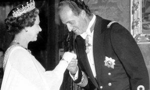 Juan Carlos I saluda a Isabel II en esta imagen histórica, una de las pocas que hay de los dos en los archivos gráficos.