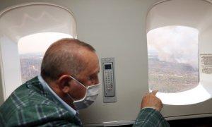 El presidente de Turquía, Recep Tayyip Erdogan, sobrevuela los incendios que azotan al país.