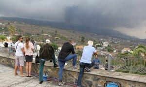 Lugareños y turistas observan la erupción del volcán desde el mirador de Tajuya, donde trabajan también la mayoría de medios de comunicación.