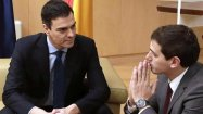 El secretario general del PSOE, Pedro Sánchez, y el presidente de Ciudadanos, Albert Rivera, en un momento de la primera reunión que han mantenido para negociar un posible pacto de investidura. EFE