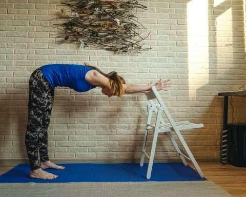 Rutinas y ejercicios con una silla