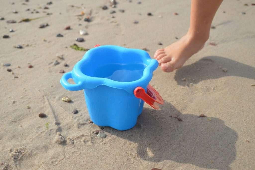 jugar con cubos de playa