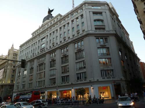 Amancio ortega compra el edificio de gran v a 32 y ser el for Oficinas primark madrid