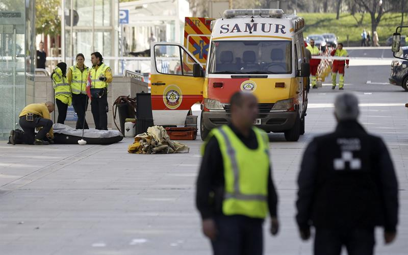 Descontaminadas 28 personas por un sobre sospechoso en la for Oficina central de correos madrid