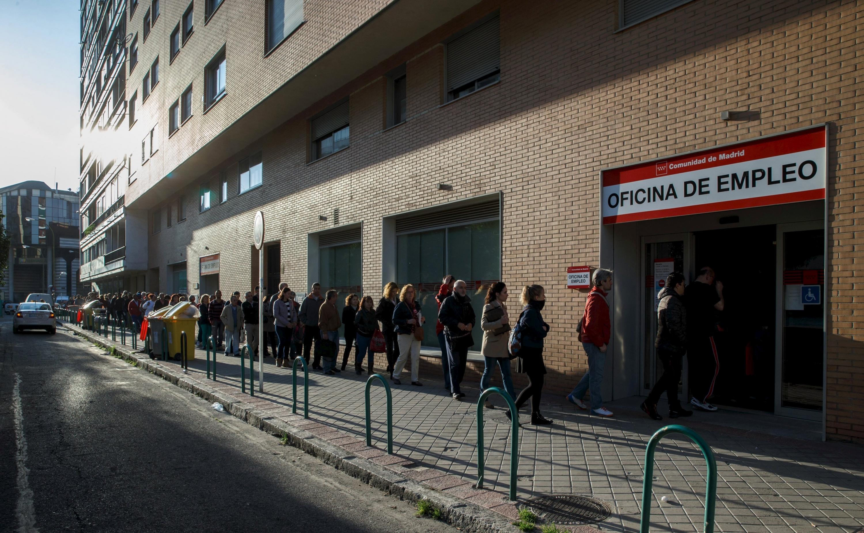 Coda di fronte ad un centro per l'impiego spagnolo (www.publico.es)