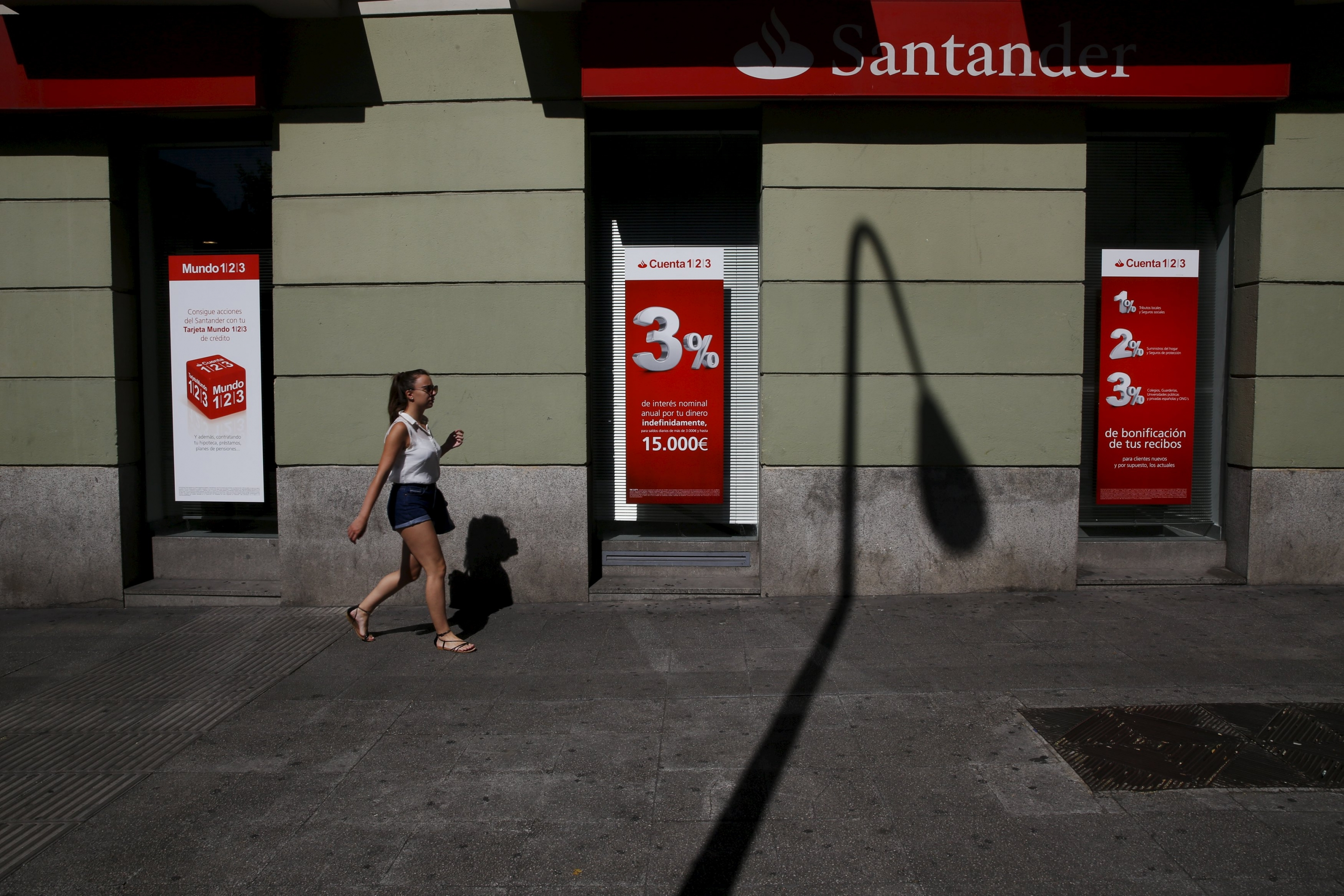 Adicae denuncia que el santander fuerza a sus clientes a for Oficinas banco santander en roma