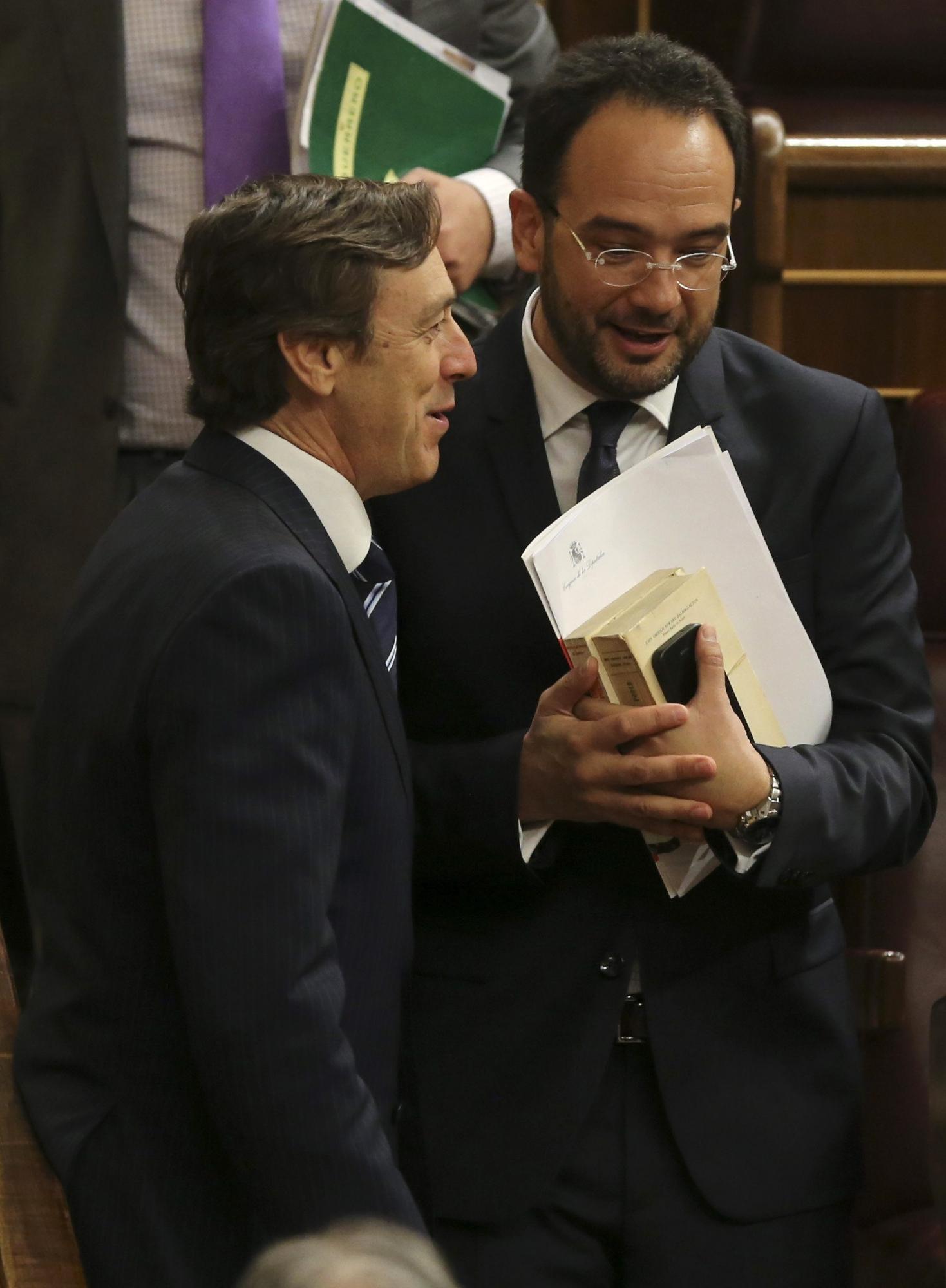 Los portavoces en el Congreso de los Diputados del PP, Rafael Hernando, y del PSOE, Antonio Hernando, conversan tras la última sesión de control al Gobierno con la que la Cámara Baja ha puesto fin a la X legislatura. EFE/Ballesteros