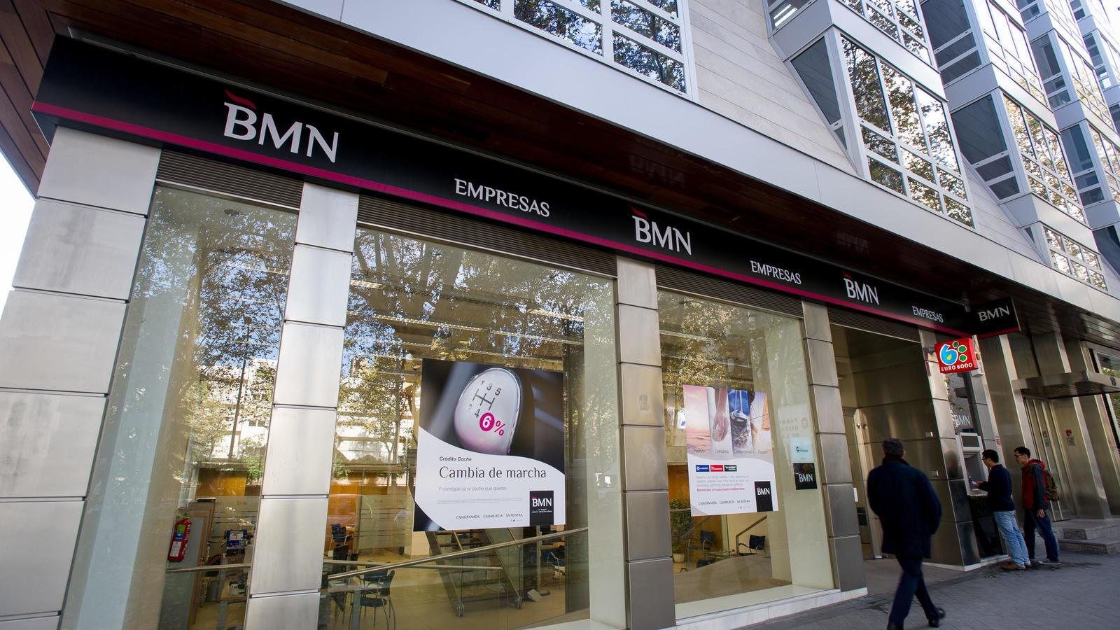 decenas de extrabajadores de bmn demandan al banco por