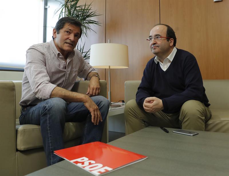 El presidente de la gestora del PSOE, Javier Fernández (i), y el primer secretario del PSC, Miquel Iceta (d). /EFE