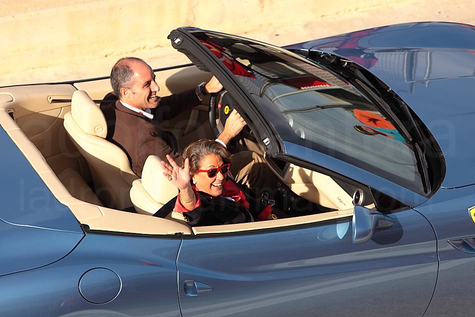 Rita Barberá y Francisco Camps, en un Ferrari durante la inauguración del circuito de Fórmula 1 en Valencia.