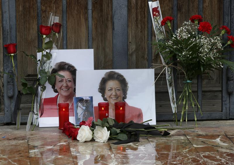 Numerosas personas dejan flores y velas en el patio de la vivienda de la exalcaldesa Rita Barberá en Valencia, fallecida hoy en Madrid a causa de un infarto. / EFE
