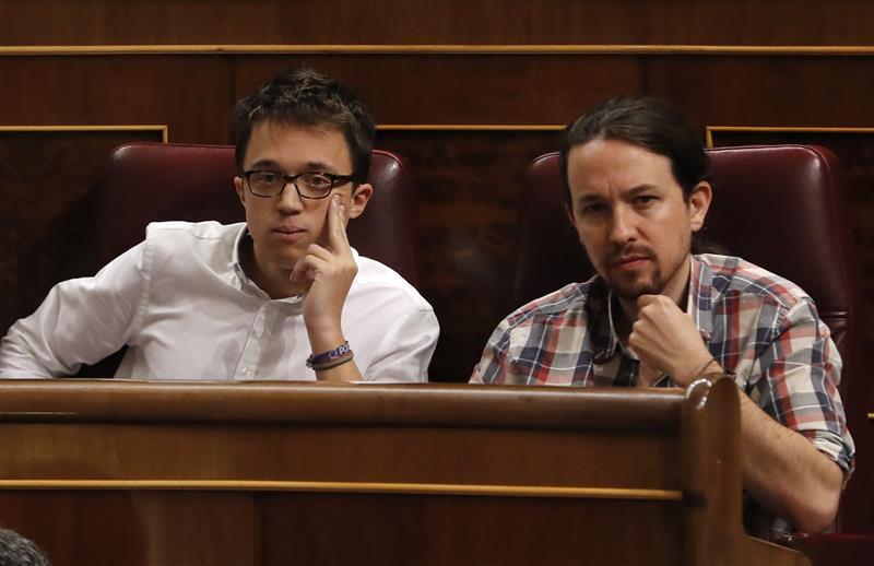 El líder de Podemos, Pablo Iglesias (d), y el portavoz parlamentario de Podemos, Íñigo Errejón (i), durante la sesión de control al Gobierno que se celebra hoy en el Congreso de los Diputados. EFE/Ballesteros