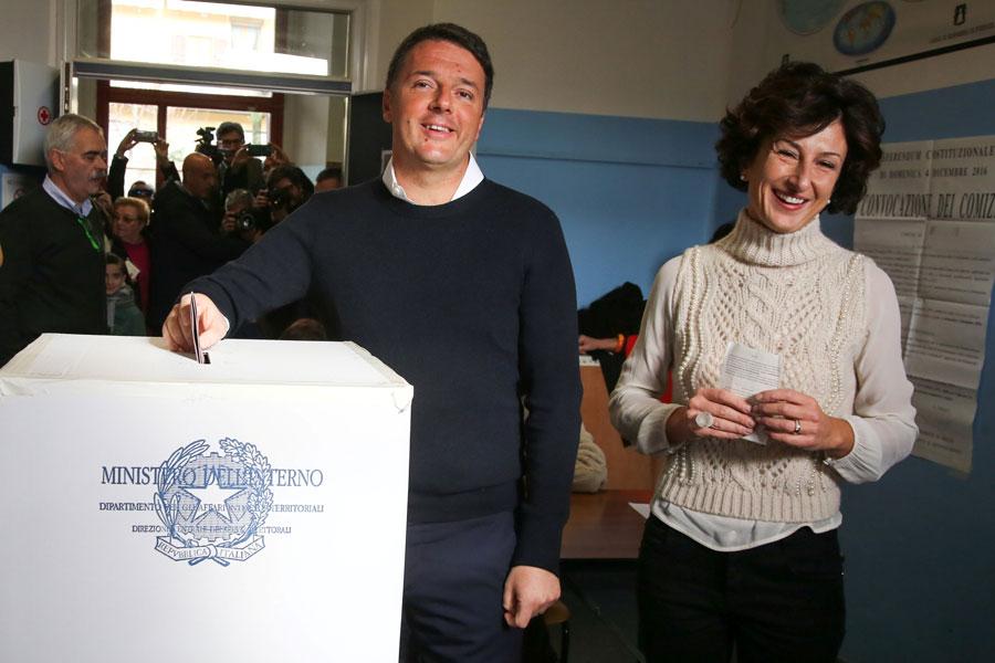 Renzi, junto a su mujer, mientras vota este domingo en Pontassieve. REUTERS/Leonardo Bianchi