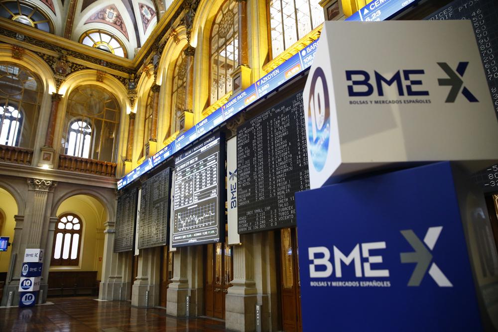 El logo de la sociedad Bolsas y Mercados Españoles (BME) en el patio de negociación de la Bolsa de Madrid. EFE/J.P. Gandul