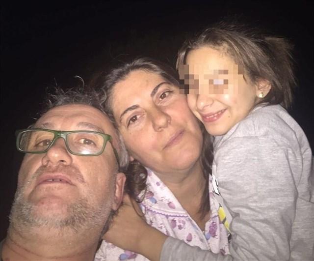La niña con envejecimiento prematuro con sus padres. / EUROPA PRESS