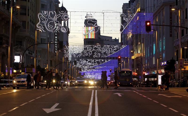 Desde el viernes están en marcha las restricciones de tráfico en arterías del centro de Madrid como Gran Vía. /EFE