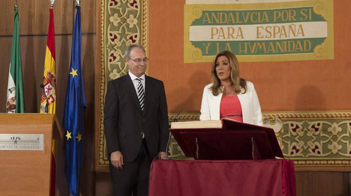 Susana Díaz junto al presidente del Parlamento, Juan Pablo Durán, durante el acto institucional de su toma de posesión como presidenta de la Junta de Andalucía. EFE