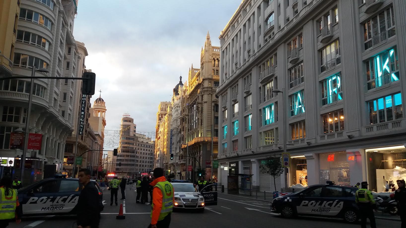 La Policía ordena evacuar la Gran Vía de Madrid por una amenaza de bomba. /PABLO OLIVEIRA Y SILVA (PÚBLICO)