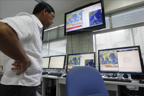 Investigadores del Instituto Filipino de Vulcanología y Sismología monitorizan los datos de un seísmo en las Islas Salomón en 2005. / EFE