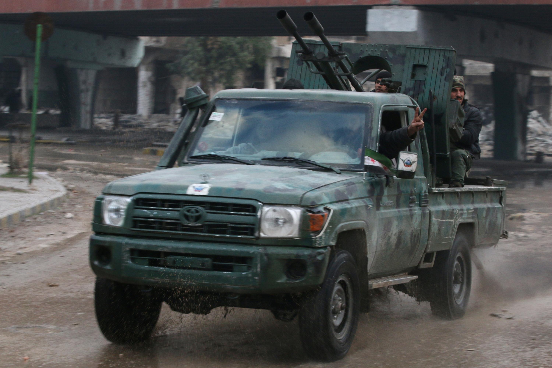Combatientes rebeldes en el este de Alepo. - REUTERS